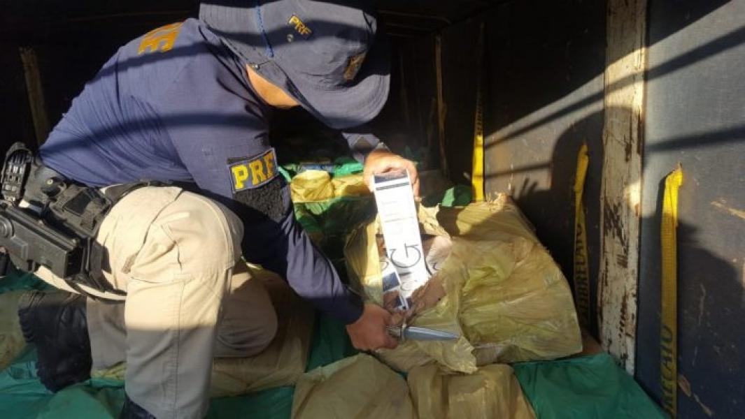 PRF apreende carga de cigarro contrabandeado avaliada em R$ 1,3 milhão