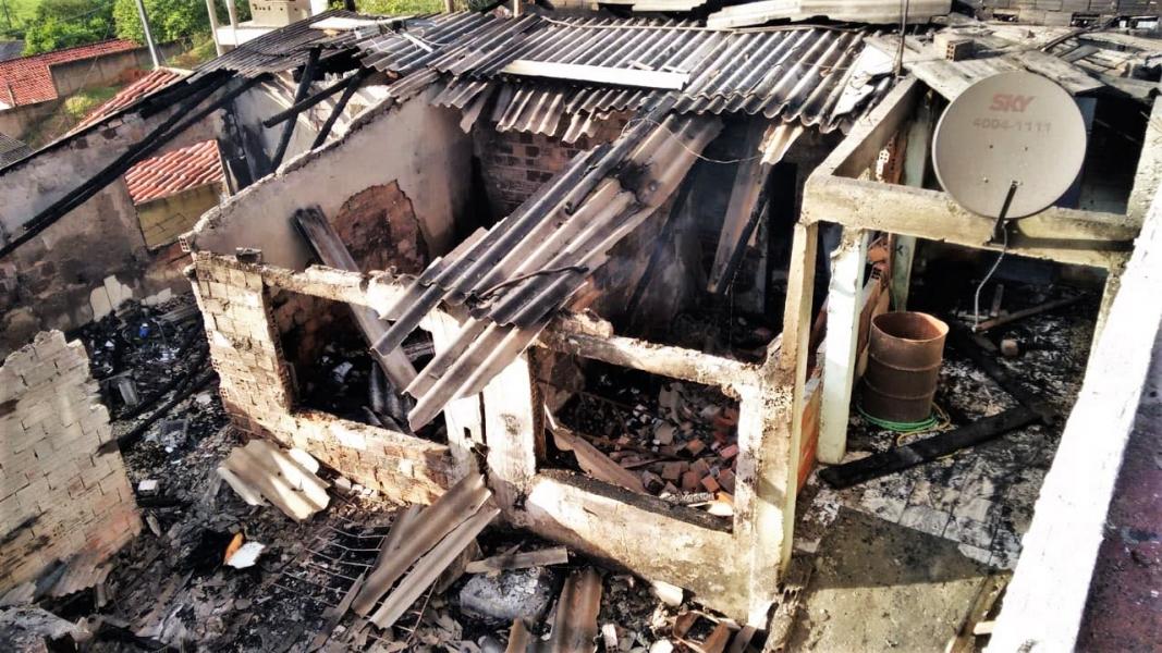 Família perde tudo em incêndio residencial