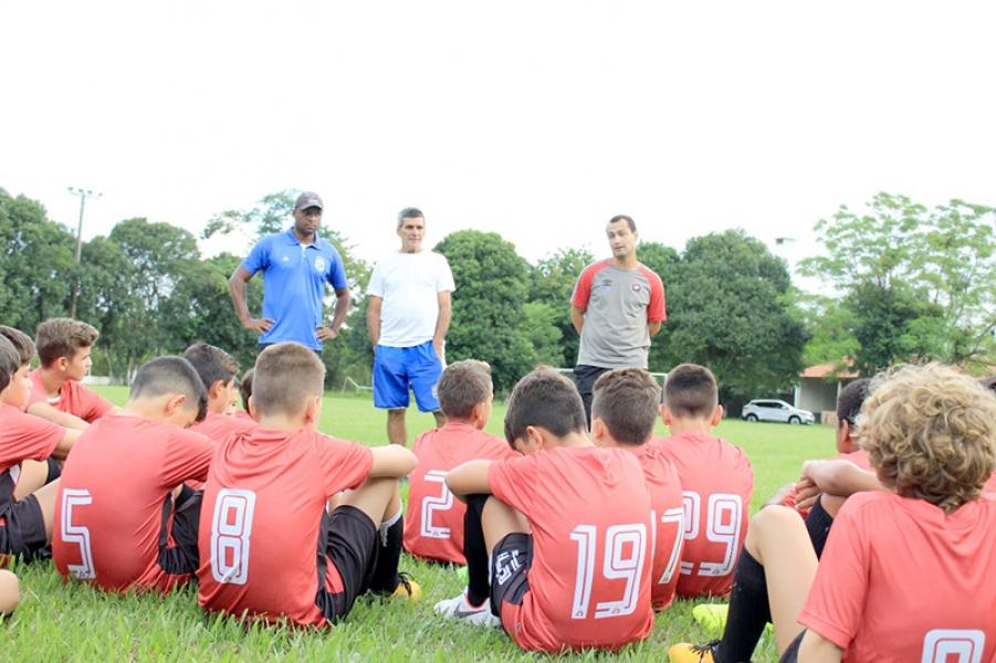 Futebol de Base: Jogadores de escolinhas de futebol de TB participam de avaliação no CT do Athletico Paranaense