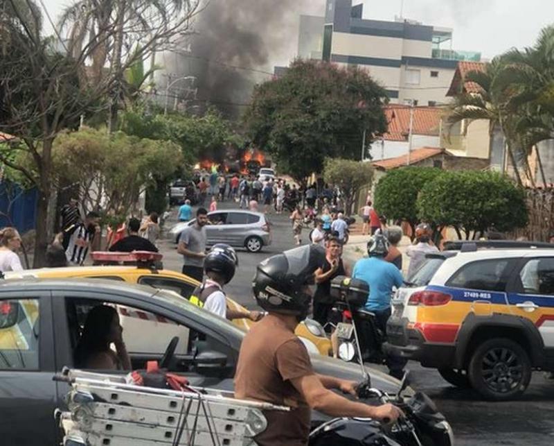 Aeronave cai sobre carros logo após decolagem em Belo Horizonte (MG)
