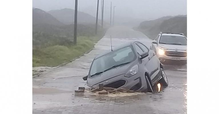 Rede de abastecimento se rompe e carro cai em buraco em Imbituba | Notisul - Um Jornal de Verdade - Portal Notisul