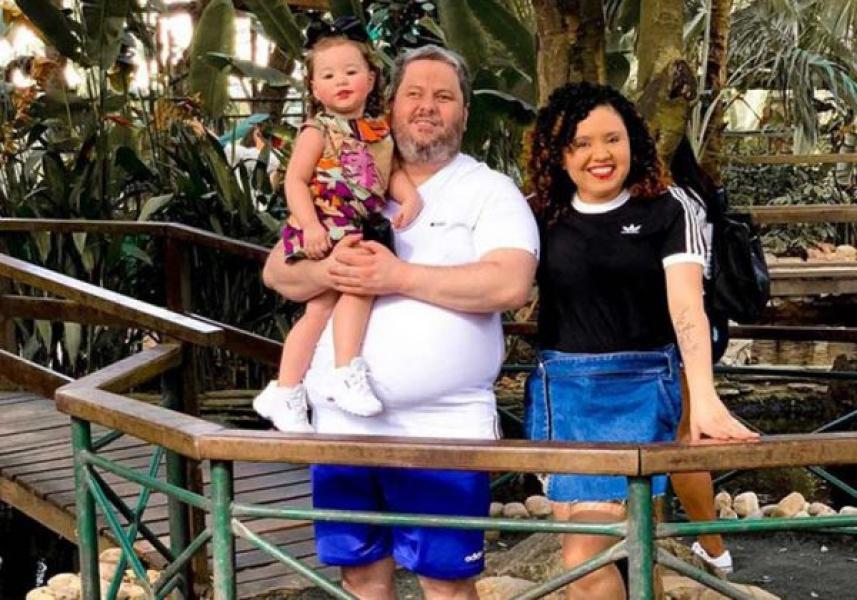 Aos 2 anos, menina guia os pais com deficiência visual e fica famosa