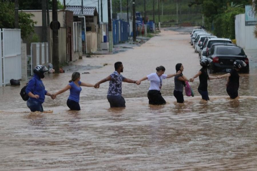 Chuva causa alagamentos em cidades de SC
