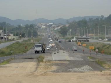 Em Tubarão, o trânsito desviado para as ruas marginais à rodovia projeta dúvidas se tudo fica pronto mesmo em dezembro, como afirma o Dnit.
