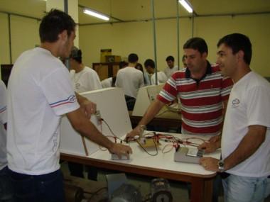 Mário Rosa João (ao centro) é eletricista há dez anos e atua como professor no Cedup desde o início deste ano.