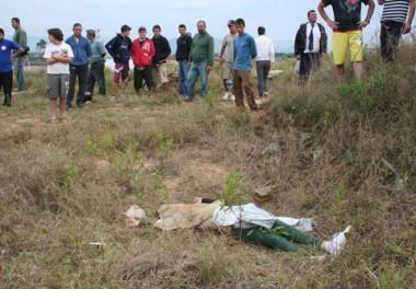 O corpo foi encontrado em um matagal às margens da BR-101. A jovem estava com um cadarço amarrado ao pescoço.