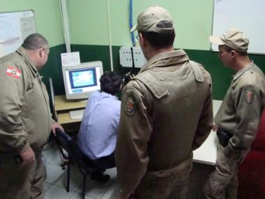 Policiais militares reveem as imagens do momento da fuga para identificar os adolescentes que fugiram do CIP.