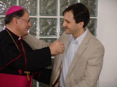 O prefeito em exercício, Pepê Collaço, entregou uma placa de homenagem ao bispo.