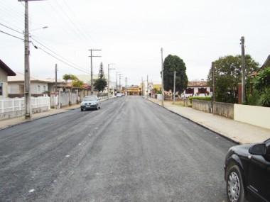 O término da pavimentação da Estrada do Camacho está próximo. Dos 19 quilômetros, falta 1,4 quilômetro. Expectativa é que a manta asfáltica seja colocada nos próximos dias.