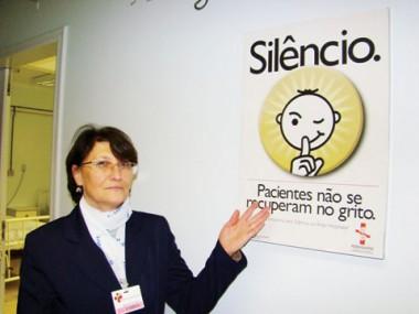 Cartazes pedindo silêncio aos próprios funcionários fazem parte da campanha interna do HNSC, em Tubarão.