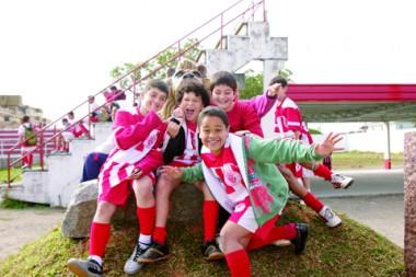 Garotos entre 8 e 14 anos treinam na escolinha do Hercílio Luz. E torcem pelo time profissional, que joga hoje.