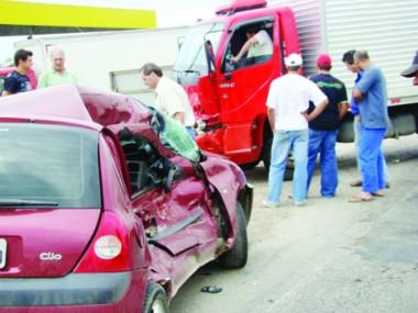 O motorista do Clio quebrou o osso da bacia e foi encaminhado em estado grave ao hospital.