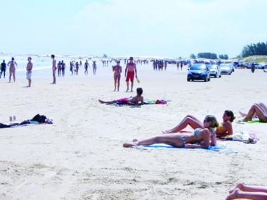 Praias da região deverão ficar lotadas neste fim de semana e no feriado. Temperaturas estarão em alta.