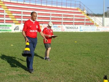 O treinador Osmar Magalhães (E) e o auxiliar técnico Tata estudam os jogadores para montar o time.