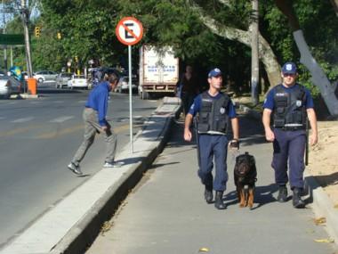 Guardas e o cão rottweiler, Herus, ajudam a inibir a criminalidade pelos passeios das beiras-rio.
