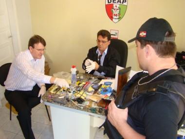Os diretores Adércio José e Hudson mostram o material apreendido ontem no Presídio Regional.