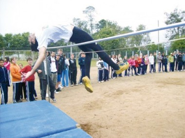 Thiago chama atenção quando participa de campeonatos nas escolas. Ele já chegou à marca de 1,85 metro.