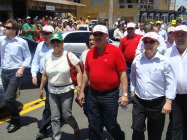 O governador Luiz Henrique inaugurou a obra de pavimentação asfáltica do Camacho, nesta sexta, sob olhares de muitos moradores.