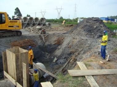 Uma das equipes do consórcio Blokos/Emparsanco/Araguaia atua no trevo de acesso ao município.