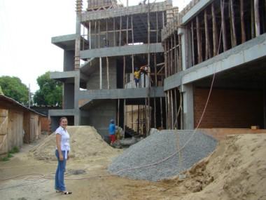 A diretora do campus de Tubarão, Milene Kindermann, acompanha de perto as obras do Shopping Acadêmico, que deve ser entregue em julho.