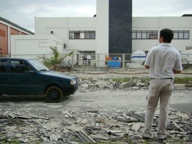 O prédio da Gráfica Coan, no bairro Revoredo, em Tubarão, foi atingido pelas telhas que voaram de um estabelecimento do outro lado da rua