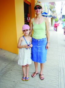 A comerciária Elisângela e a filha Luana não dispensam o boné e o filtro solar nem em dias nublados.