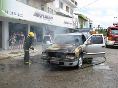 Os bombeiros conseguiram conter as chamas, mas o carro ficou bastante destruído. Várias pessoas presenciaram o incidente.