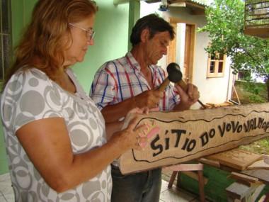 O casal Roni e Bárbara transformaram a garagem de casa, no bairro Fábio Silva, em Tubarão, em ateliê.