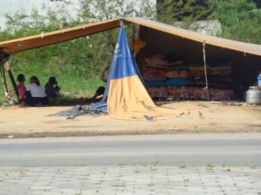 Nômades montaram acampamentos em terrenos particulares nas proximidades da rodoviária de Tubarão.