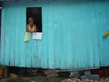 Maria de Fátima mora com o irmão no bairro Madre e tem medo que a casa caia, com eles dentro. Estrutura é, literalmente, devorada por cupins.