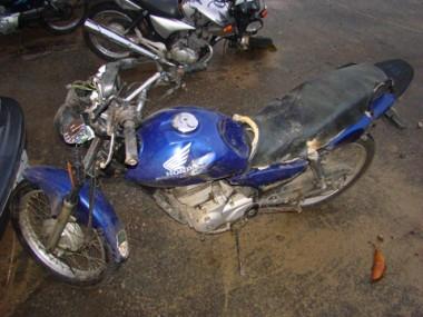A moto de Charles ficou com totalmente destruída e foi recolhida pela Polícia Rodoviária Federal.