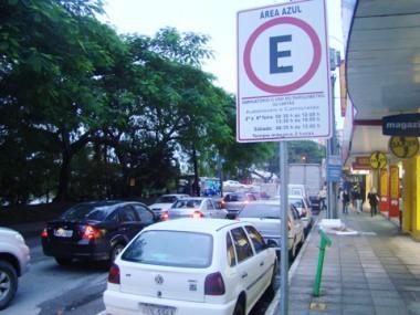 Mesmo sem utilidade, ainda há motoristas que colocam cartões de estacionamento nos veículos.