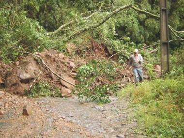 A remoção do material iniciou ontem, mas com a continuidade das chuvas o trabalho foi suspenso devido ao risco de novos deslizamentos.