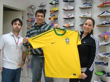 Os vendedores Ramon (E), Charles e Aline vão aproveitar o horário de folga para torcer pelo Brasil.
