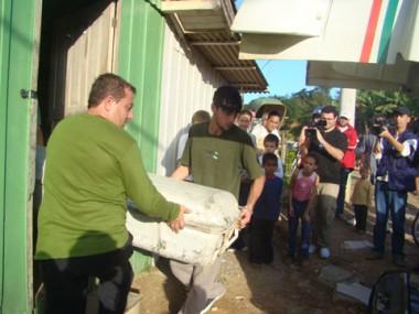 Muitos curiosos observaram a retirada do corpo de Jailson Pereira Morais.