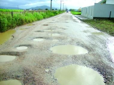 Muitos buracos, lama de sobra... As estradas estão um caos. A equipe da secretaria de obras da prefeitura de Tubarão tenta amenizar o problema.