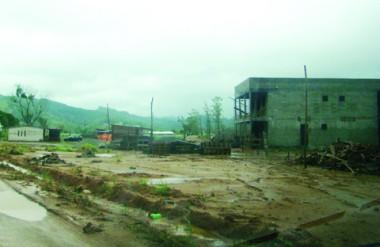 O terreno encharcado atrapalha os operários que atuam na construção do novo prédio do Presídio Regional.