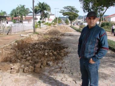 A Associação do Bairro Santa Augusta, presidida por Antonio Lima da Silva, luta há anos por uma solução definitiva para o problema da avenida Getúlio Vargas.