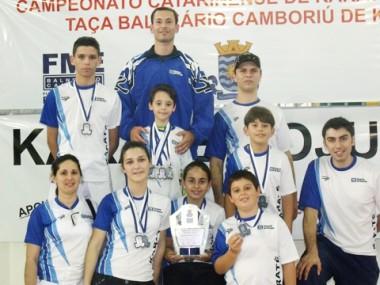 Os nove karatecas tubaronenses, apoiados pelo professor Fabrício de Souza, conquistaram oito medalhas e foram o grupo destaque da segunda etapa do Campeonato Catarinense de Karatê.