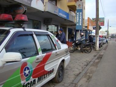 A Polícia Militar chegou ao local menos de cinco minutos após o assalto. Várias rondas foram feitas.