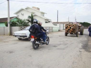 Os moradores  em alguns bairros não aguentam mais os buracos nas ruas e apelam para faixas, a fim de chamar a atenção do poder público.