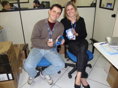 Os supervisores Wagner Pereira Izidoro e Lara Dal-Bó Tonelli pedem à população que responda as perguntar do recenseadores.
