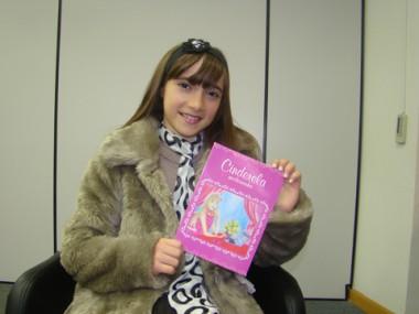 A pequena escritora Maju, de 10 anos, é a personagem principal no seu livro.