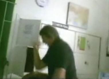 Mota aparece agredindo dois presos na sala dos agentes. Ele proferiu várias cotoveladas nas costas dos detentos e chutes na cabeça, peito e costas.