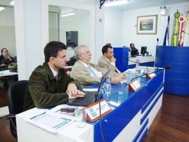 O vereador peemedebista Geraldo Pereira, o Jarrão, participou de toda a sessão da câmara ontem. Ele faltou duas vezes este mês.