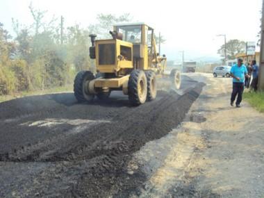 A rua Silvio Búrigo, que liga o bairro Monte Castelo à BR 101, recebeu fim de semana nova camada de asfalto nos trechos mais críticos.