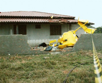 Por pouco, a aeronave não caiu sobre uma casa onde estava um casal de idosos.