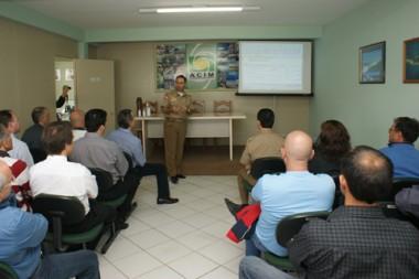 O major Evaldo Hoffmann (C), comandante da PM de Imbituba, explicou toda a logística sobre a instalação das seis câmeras de vigilância na cidade.