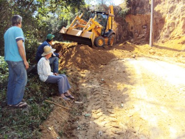 Na estrada de Pouso Alto, o morro deslizou e quase fechou a passagem. Trabalhos seguem esta semana.