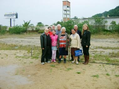 Membros da diretoria da Cooperativa de Catadores de Materiais Recicláveis de Tubarão visitaram o terreno onde será construído o galpão de reciclagem, no bairro São Cristóvão.